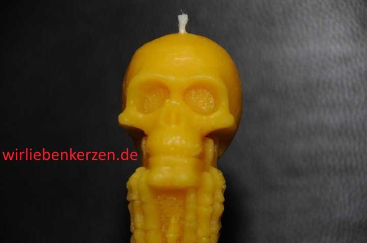 Designkerze Totenkopf auf Knochengrab